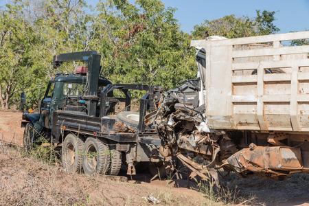O acidente de carro de salvamento. terrível colisão frontal na estrada Imagens