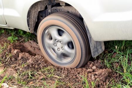 Wielen auto's in de modder Stockfoto