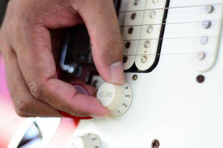 tremolo: mano sul controllo del volume