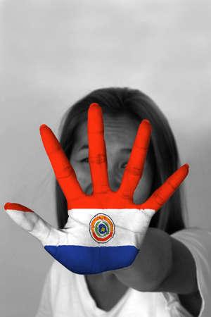 bandera de paraguay: mujer con su se�alizaci�n manos para detener y la bandera de Paraguay