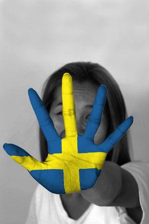 bandera suecia: mujer con su se�alizaci�n manos para detener y bandera de Suecia
