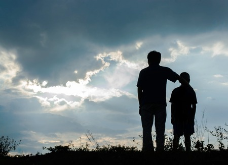 Vader en zoon in silhouetconcept