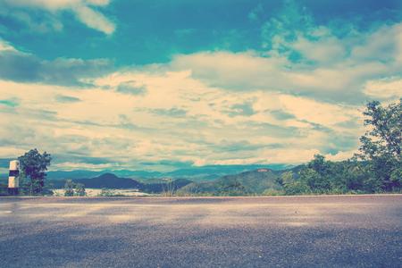 weg en uitzicht op de bergen