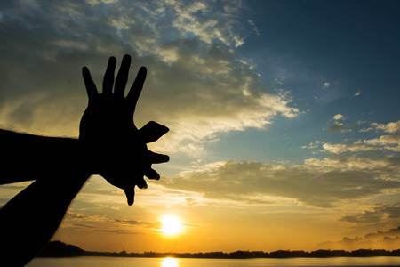 em forma de mão pássaro voar na manhã do céu do sol Imagens