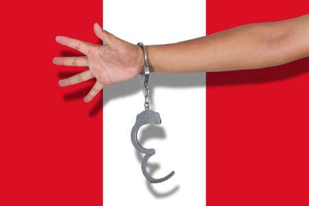 bandera de peru: esposas con la mano en la bandera de Perú Foto de archivo
