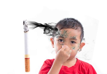 子供たちの手が鼻の臭いタバコの煙をオフします。