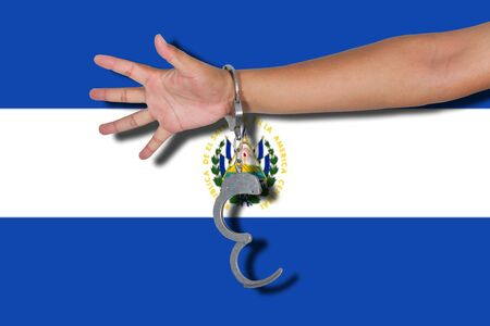bandera de el salvador: esposas con la mano en la bandera de El Salvador Foto de archivo
