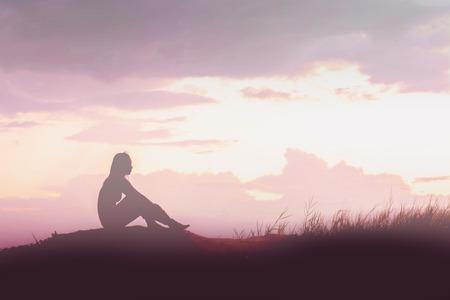 Vrouw silhouet bezorgd op de berg bij zonsondergang