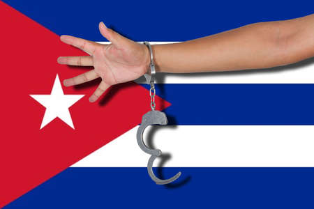 bandera cuba: esposas con la mano en la bandera de Cuba