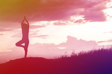 buena postura: Silueta de la yoga al aire libre en la naturaleza Foto de archivo