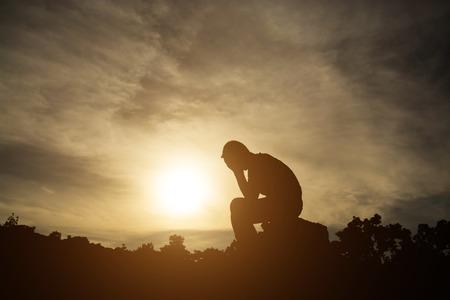 persona triste: Siluetas del hombre perdieron toda esperanza.