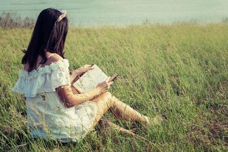 jolie fille: Jeune fille lisant le livre accent .selective Banque d'images