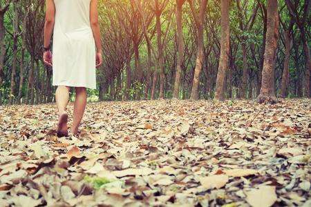 悲しい女性の悲しく、孤独を感じ森を一人で歩く