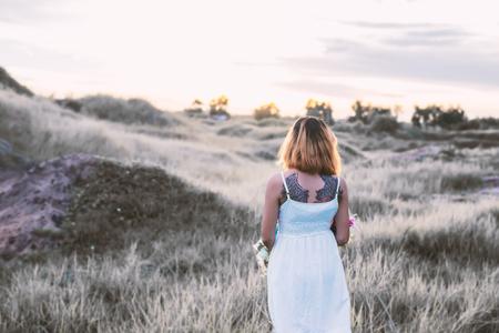 soledad: Mujer triste caminar solo por los prados, la soledad