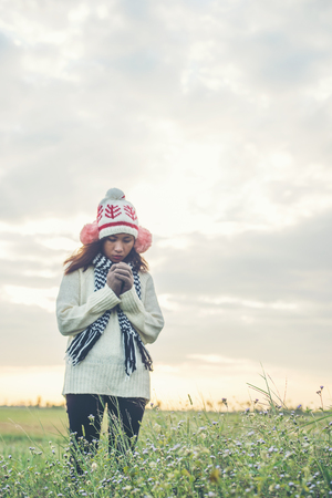 Young beautiful woman wearing winter clothing while standing enjoy with nature. Winter time concept. Imagens - 77500948