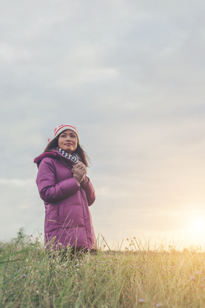 Young woman was playing in a field of flowers in the winter air. Imagens - 77500952