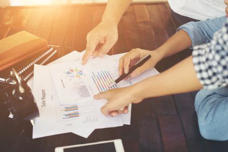 Close-up shot van een analytisch team werken met de nieuwste financiële resultaten, Office leven concept. Stockfoto