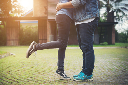 Hipster couple in love kissing in summer sun light. Love kiss standing. Imagens