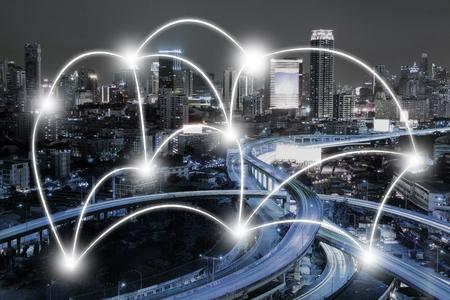 Cityscape en netwerkverbindingsconcept in de stad bij nacht. Bedrijfsverbindend concept. Stockfoto