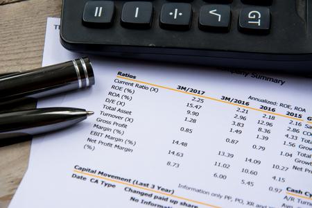 financieel begrotingsafschrift lees en controleer het aantal voor het analyseren van beleggingsondernemingen