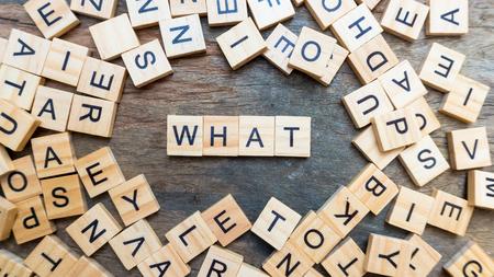 Quale parola testo sul blocco di legno squaer. concetto di parola chiave spettacolo
