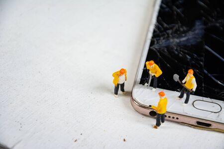 figurine model repair mobile crash with repairman Standard-Bild