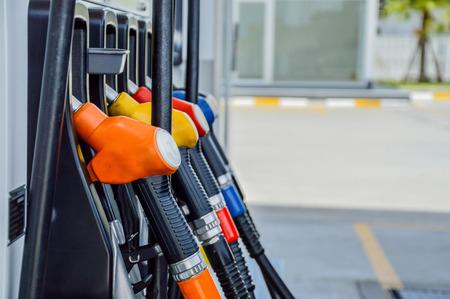 gasolinera: Tiro horizontal de algunas bombas de combustible en una gasolinera