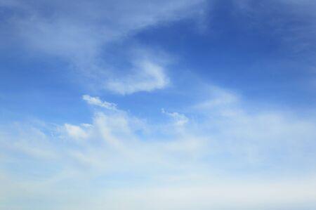 blauer himmel mit wolken: Blauer Himmel Wolken als Hintergrund