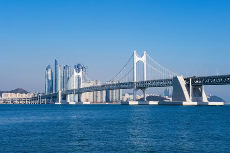 turnpike: Puente Gwangan y Haeundae en Busan, Corea Foto de archivo