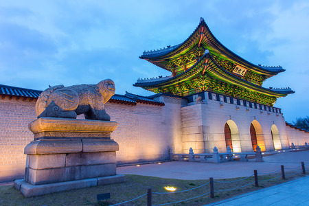 Gyeongbokgung palace at night in Seoul, South Korea. Редакционное