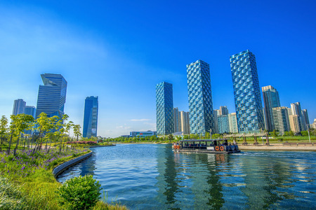 ne: INCHEON, SOUTH KOREA - MAY 20 : Songdo Central Park is the green space plan,inspired by NYC. Photo taken May 20,2015 in Incheon, South Korea.