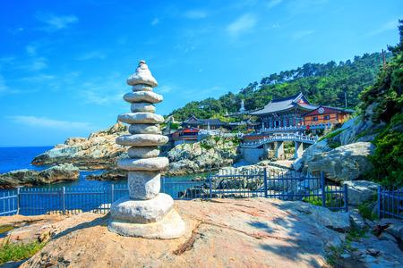 templo: Templo Haedong Yonggungsa y Mar Haeundae en Busan, Corea del Sur. Foto de archivo