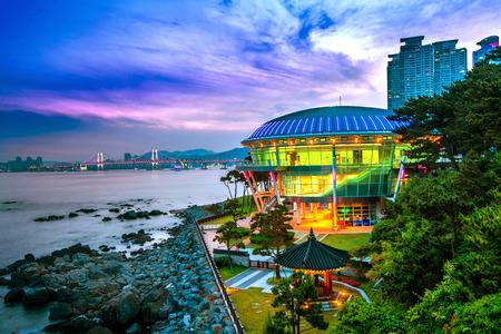 Isola Dongbaek con Nurimaru APEC House e il ponte Gwangan al tramonto a Busan, Corea del Sud