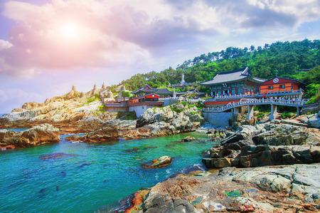 Haedong Yonggungsa Temple et Haeundae mer à Busan, en Corée du Sud.