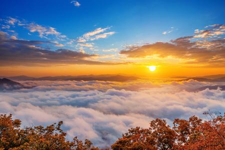 Seoraksan mountains is covered by morning fog and sunrise in Seoul,Korea 免版税图像