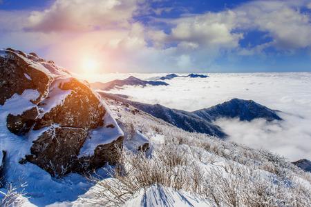 설악산 산 한국, 겨울에 아침 안개와 햇빛에 의해 덮여있다.