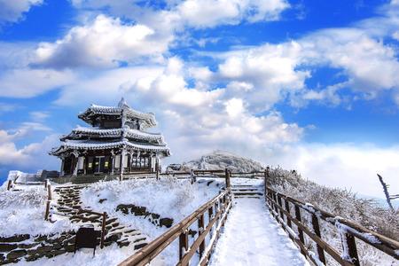 덕유산 산는 한국, 겨울에 눈으로 덮여있다.