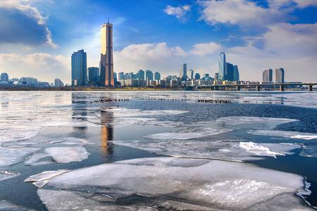 Ijs van de Han-rivier en stadsgezicht in de winter, Seoul in Zuid-Korea. Stockfoto