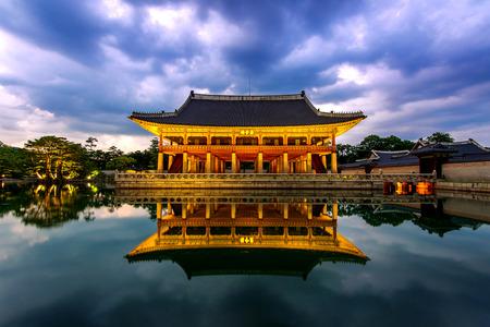 Pałac Gyeongbokgung w nocy w Seulu, Korea Południowa.