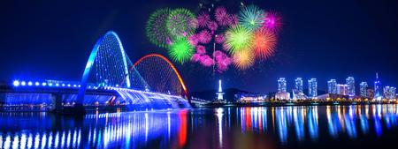 Regenboog fontein show op Expo Bridge en vuurwerk festival in Daejeon, Zuid-Korea.