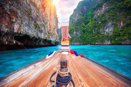 Lange boot en blauw water in Maya Bay in Phi Phi Island, Krabi Thailand.