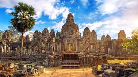 Volti di pietra antichi al tramonto del tempio di Bayon, Angkor Wat, Siam Reap, Cambogia.