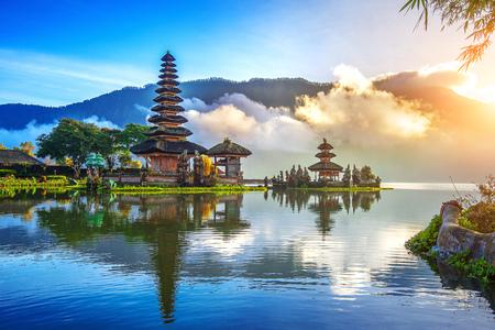 プラ ・ ウルン ダヌ ブラタン寺院でバリ、インドネシア。 写真素材
