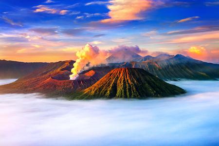 Zet Bromo-vulkaan (Gunung Bromo) op tijdens zonsopgang vanuit gezichtspunt op Onderstel Penanjakan in het Nationale Park van Bromo Tengger Semeru, Oost-Java, Indonesië. Stockfoto