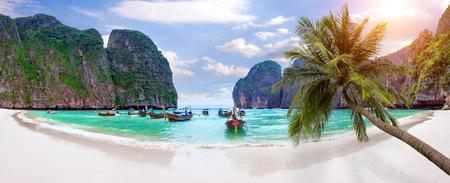 ピピ島、クラビ、タイのマヤ ・ ベイで水を長いボートとブルーのパノラマ。