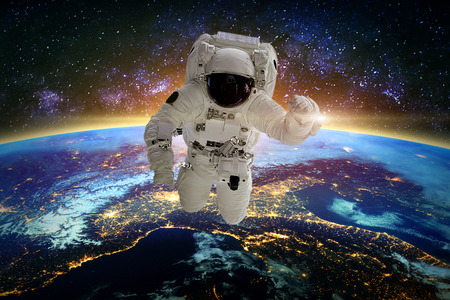 Astronauta en galaxia. Elementos de esta imagen proporcionada por la NASA.