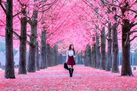Mooi meisje met roze bladeren in Nami Island, Zuid-Korea. Stockfoto