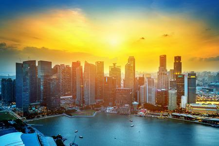 Cityscape van Singapore bij zonsondergang.