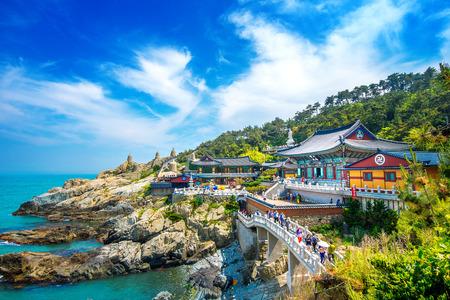 Templo Haedong Yonggungsa y el mar Haeundae en Busan, Corea del Sur. Foto de archivo - 85872022
