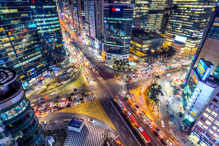 Traffic speeds through an intersection at night in Gangnam, Seoul in South Korea. Banco de Imagens